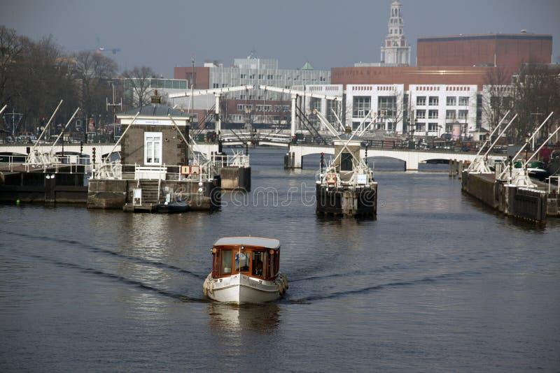 在河Amstel的看法在阿姆斯特丹 免版税库存图片