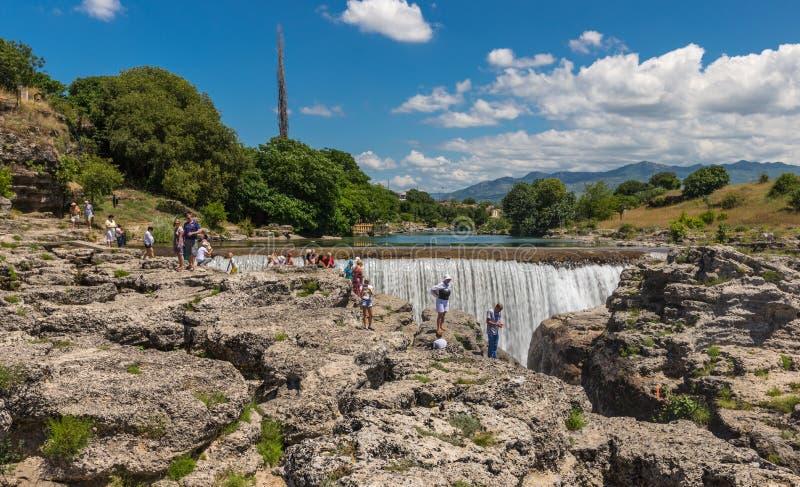 在河Cijevna和游人的瀑布 免版税库存照片