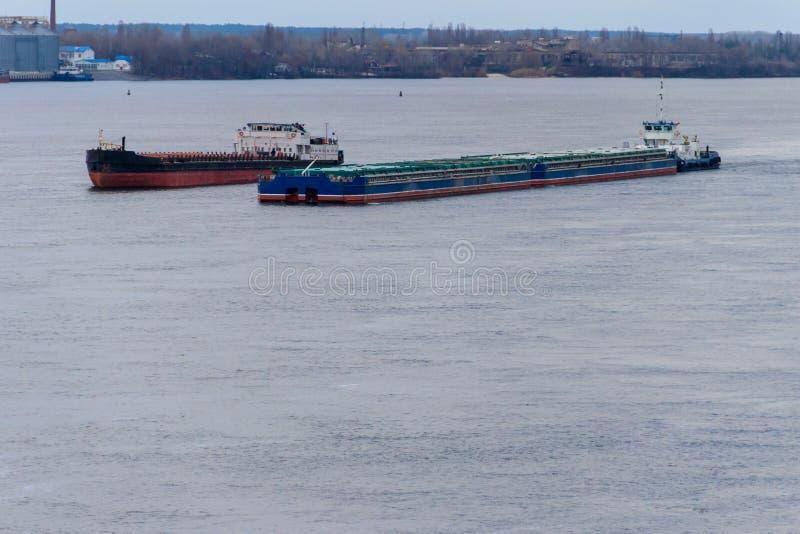 在河Dnieper的货船和驳船航行 免版税库存照片