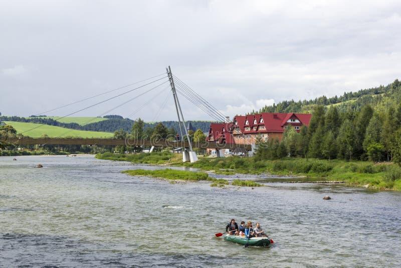 在河Dunajec,波兰/斯洛伐克的人行桥 免版税库存图片
