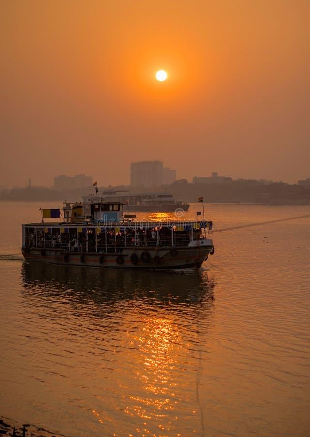 在河Hoogly河岸的日落  免版税库存图片