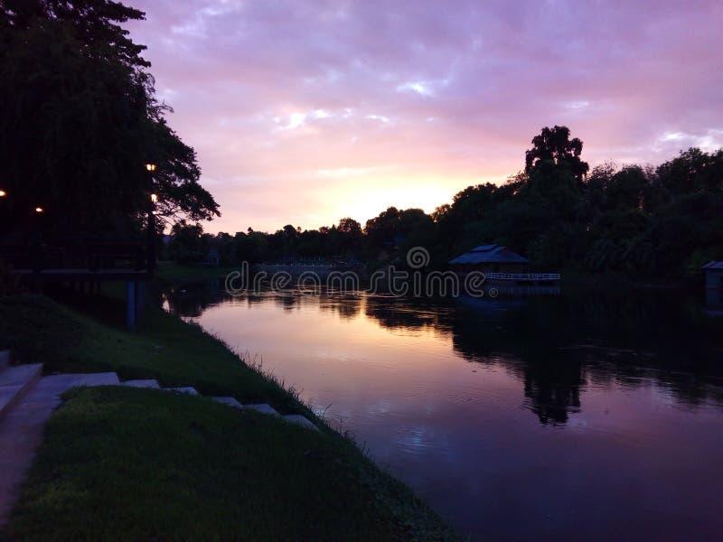 在河kwai的日落 库存图片