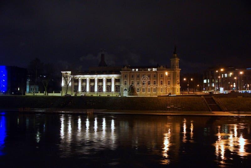 在河Nemunas的堤防的冬天晚上 库存图片