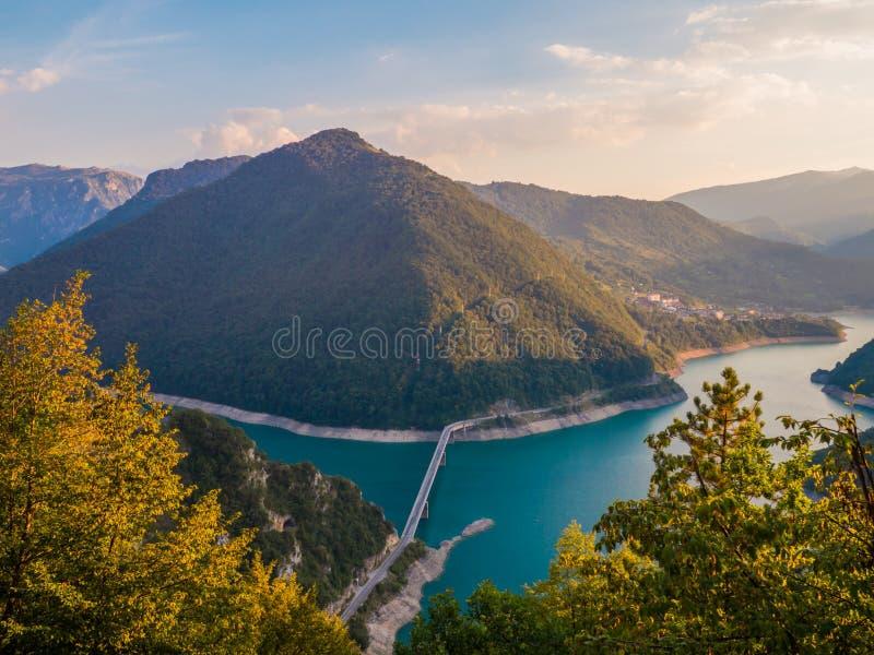 在河Piva Pivsko jezero峡谷的意想不到的看法  库存图片