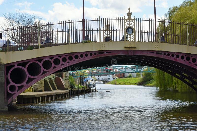 在河Severn的老桥梁废弃的面粉加工厂的, Tewkesbury,英国 库存图片