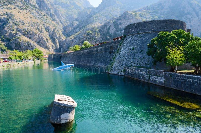 在河Shkurda,科托尔, Montenegr老镇的塔坎帕纳  库存照片