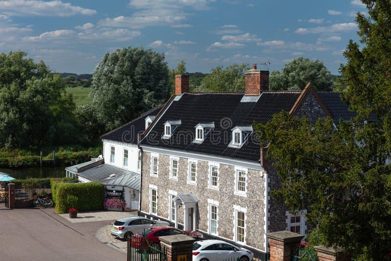 在河Waveney的河岸位于的Waveney议院旅馆在Beccles,萨福克,英国 免版税库存照片