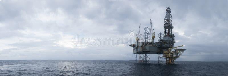 在油和煤气上面的近海杰克凿岩机  免版税库存照片