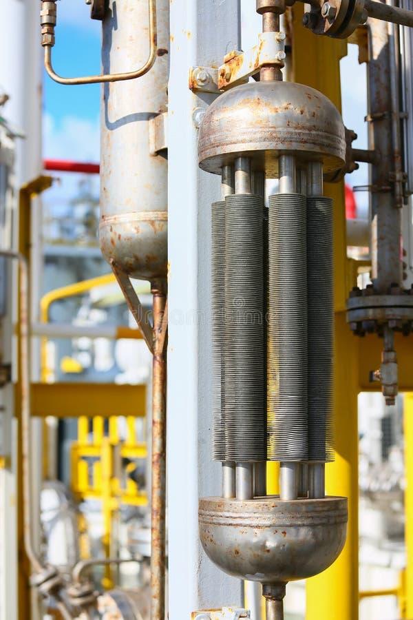 在油和煤气平台的管道生产的,油和煤气过程和控制由自动化系统,操作员控制产品 免版税库存图片