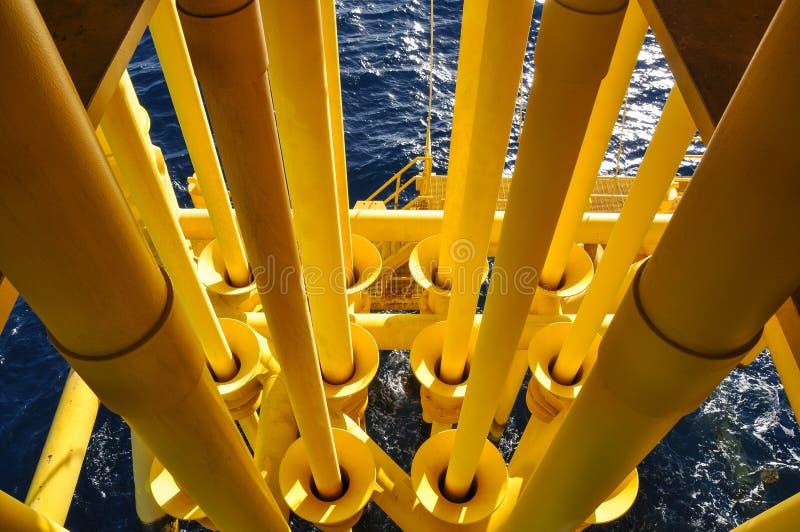 在油和煤气平台的管道 免版税库存图片