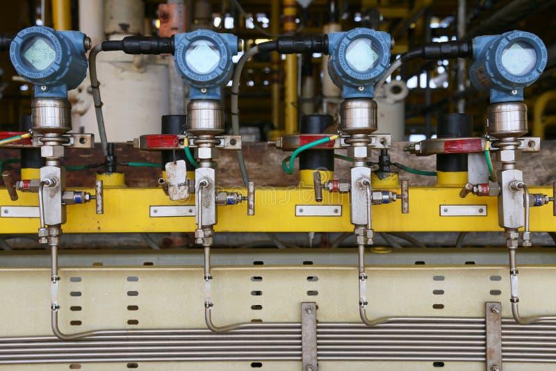 在油和煤气的压力传送器处理,发出信号到在系统的控制器和读书压力,在油的发射机 免版税库存图片