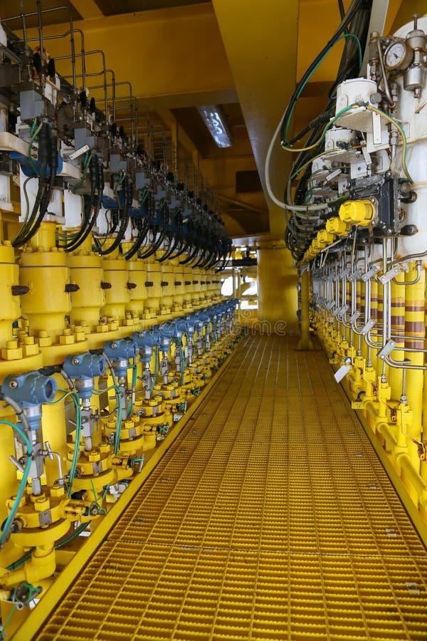 在油和煤气的压力传送器处理,发出信号到在系统的控制器和读书压力,在油的发射机 免版税图库摄影