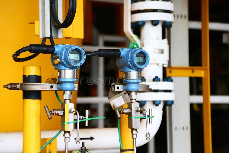 在油和煤气的压力传送器处理,发出信号到在系统的控制器和读书压力,电子变换装置 免版税图库摄影