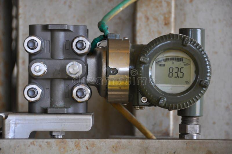 在油和煤气的压力传送器处理,发出信号到在系统的控制器和读书压力 免版税库存图片