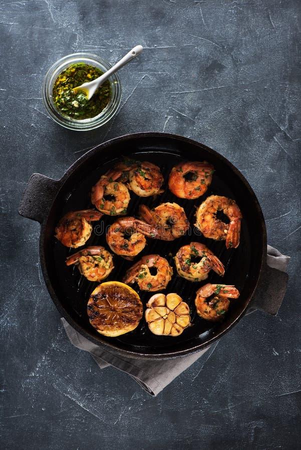 在油煎格栅平底锅烤的大虾虾用柠檬和大蒜 库存图片