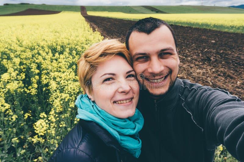 在油菜领域的Selfie 免版税库存图片