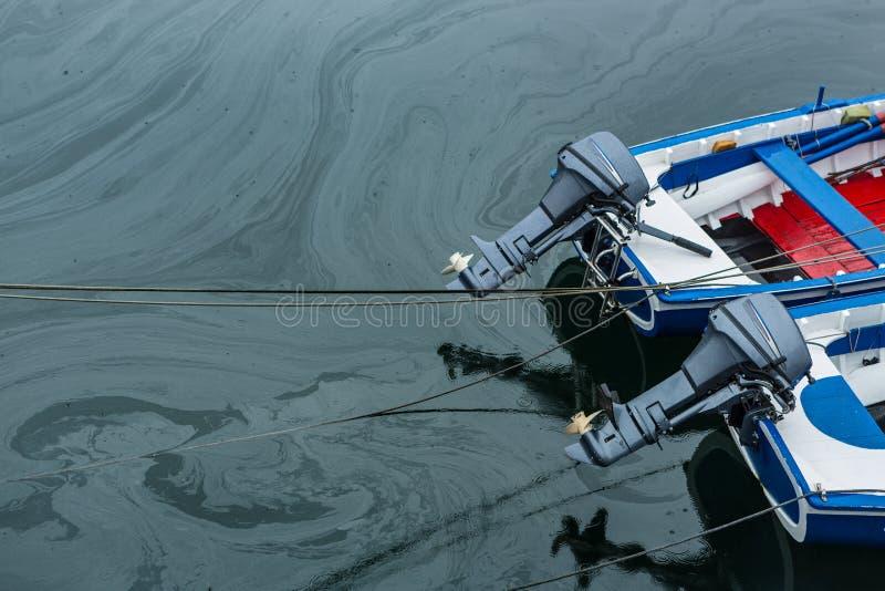 在油造成的码头的水污染 图库摄影