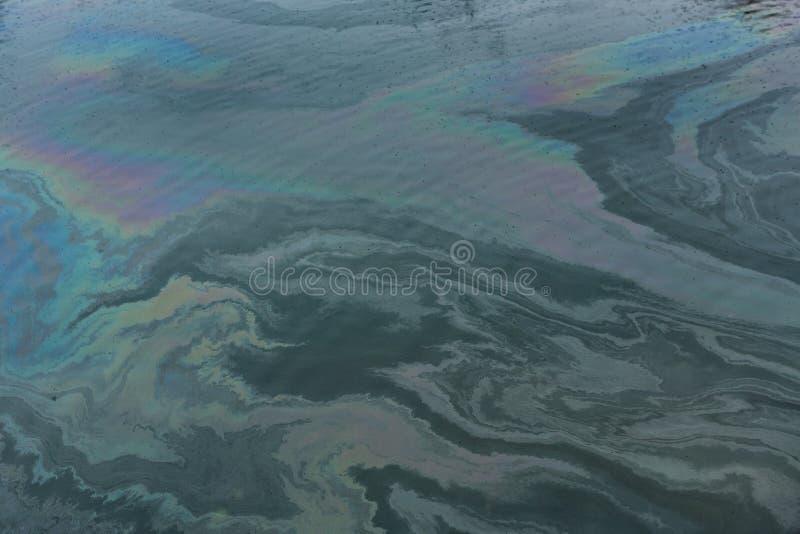 在油造成的码头的水污染 免版税库存照片