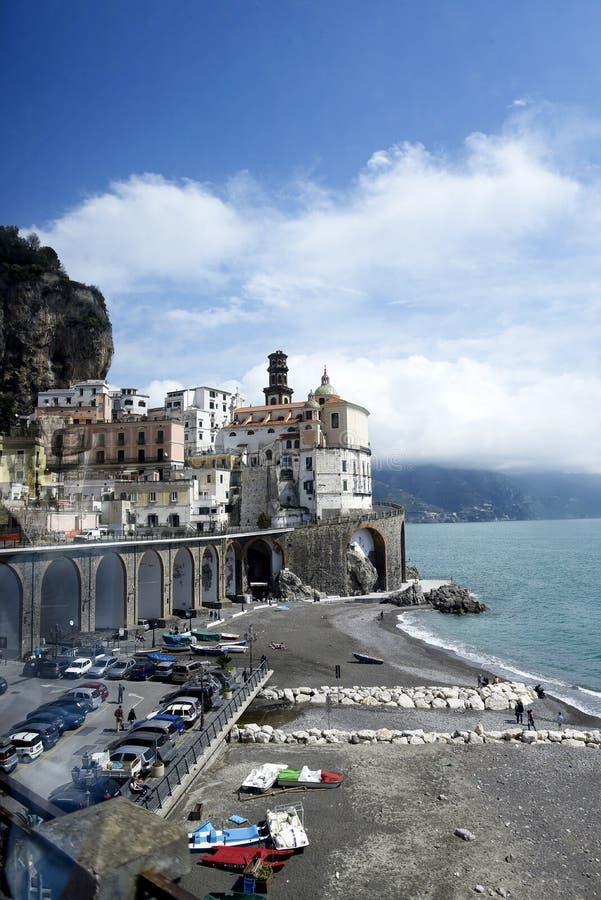 在沿壮观的海岸的绕驱动我们到达在沿海城市阿马飞在意大利后 免版税库存图片