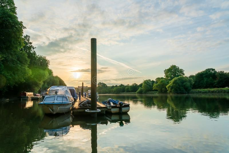 在沿泰晤士河的船坞停泊的小船在特威克纳姆西部伦敦 免版税图库摄影