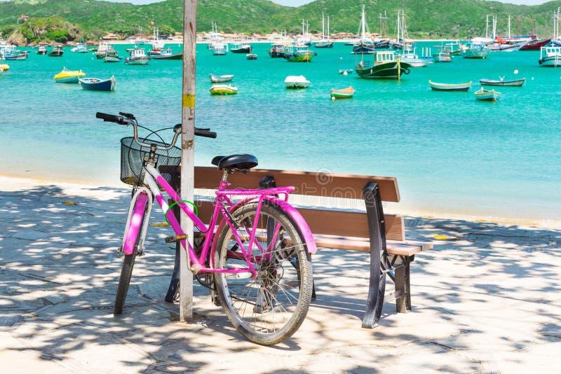 在沿海岸区停放的自行车在Buzios 库存图片