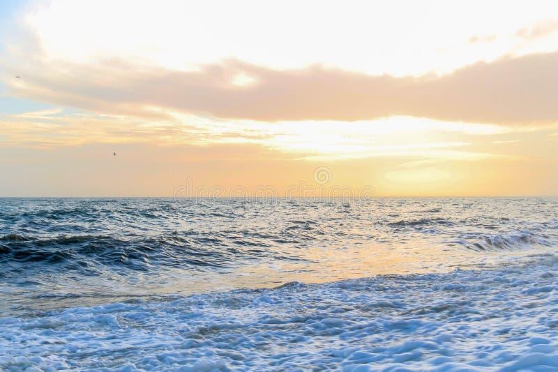在沿海岸区的惊人的日落布赖顿海滩、布赖顿和Hove的 免版税库存图片