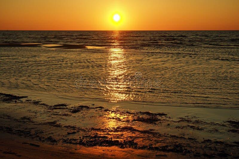在沿海的太阳和日落橙色天空 库存图片