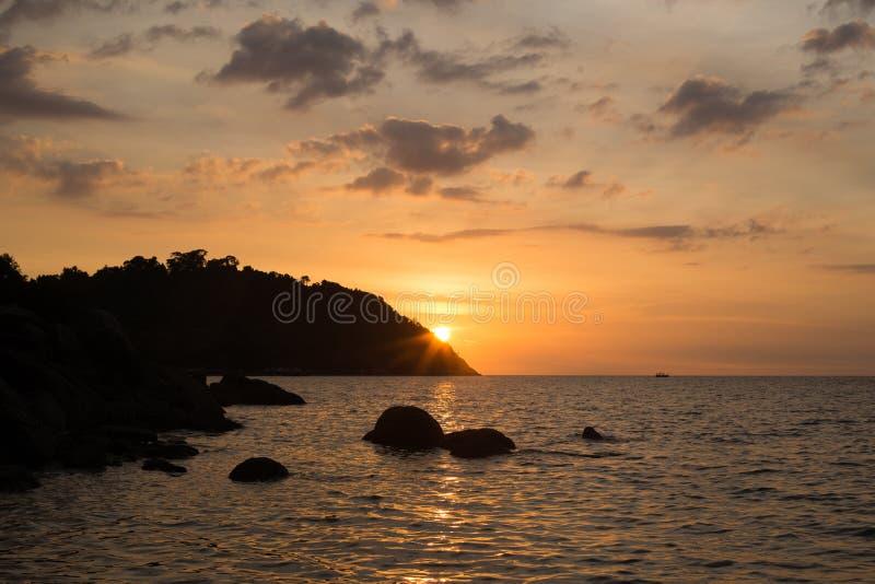 在沿海的风景五颜六色的日落 免版税库存图片