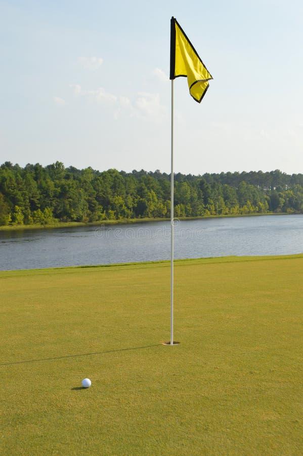在沿海运河的高尔夫球孔 免版税库存照片