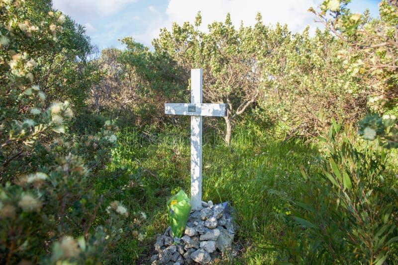 在沿海Bushland的十字架 免版税库存照片