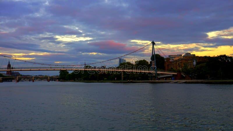 在法兰克福主要河的桥梁 免版税库存照片