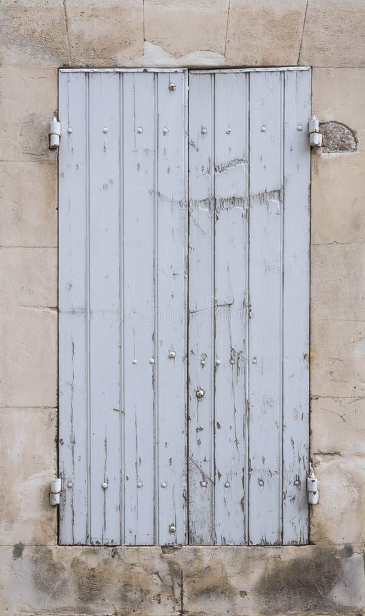 在法国人普罗旺斯房子石灰石墙壁的浅灰色或白色老快门  库存图片