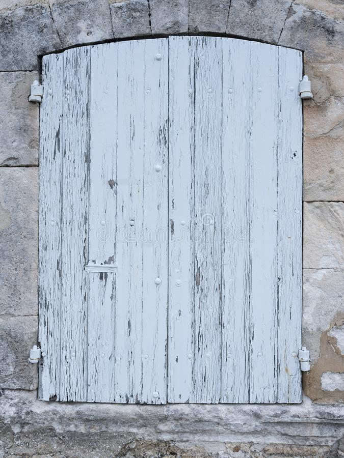 在法国人普罗旺斯房子石灰石墙壁的浅灰色或白色老快门  免版税库存照片