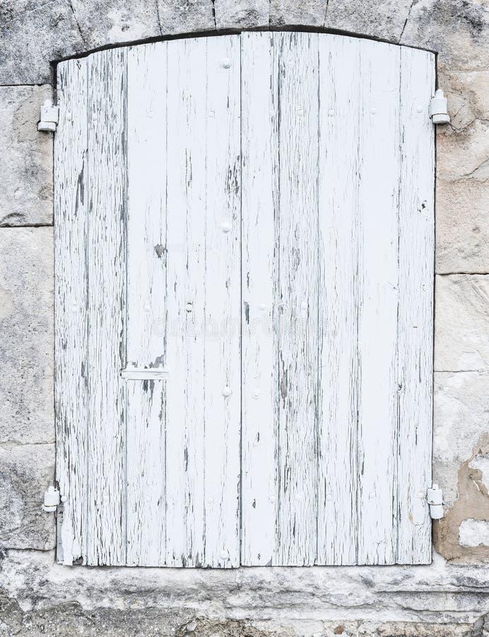 在法国人普罗旺斯房子石灰石墙壁的浅灰色或白色老快门  免版税图库摄影