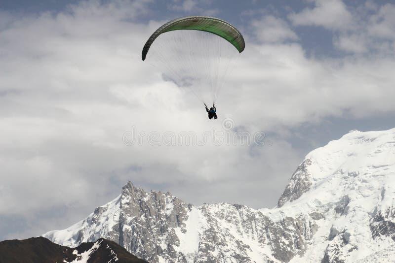 在法国勃朗峰断层块山的Parapente 库存图片