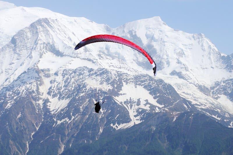 在法国多雪的勃朗峰断层块的Parapenter飞行 免版税库存图片
