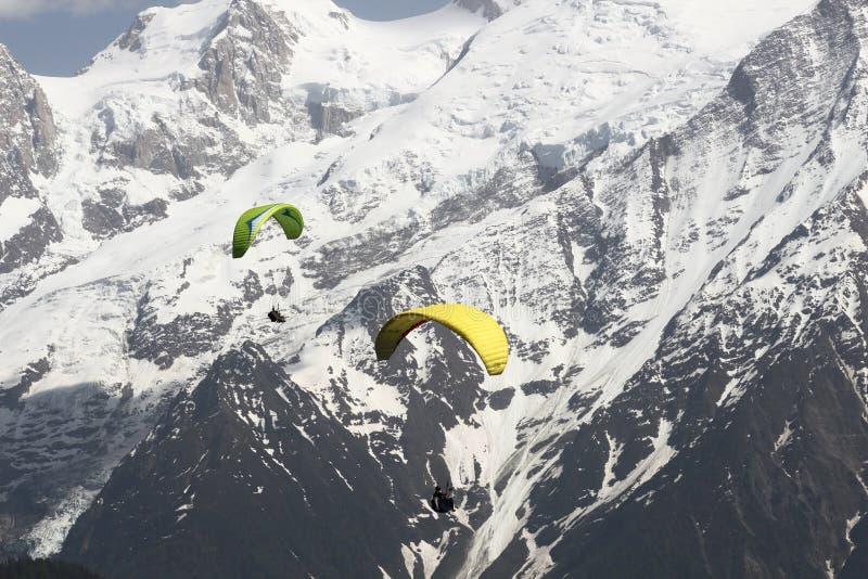在法国多雪的勃朗峰断层块的Parapenters飞行 库存图片