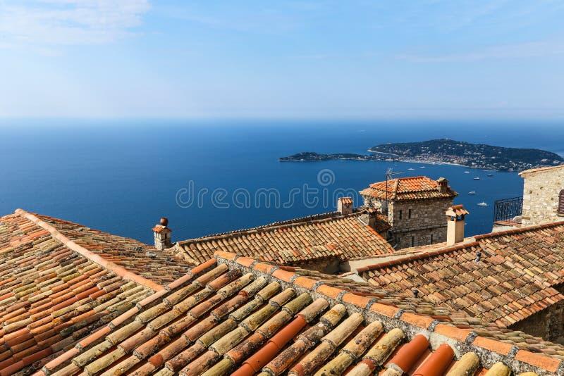 在法国海滨的红色瓦和地中海视图 免版税库存图片