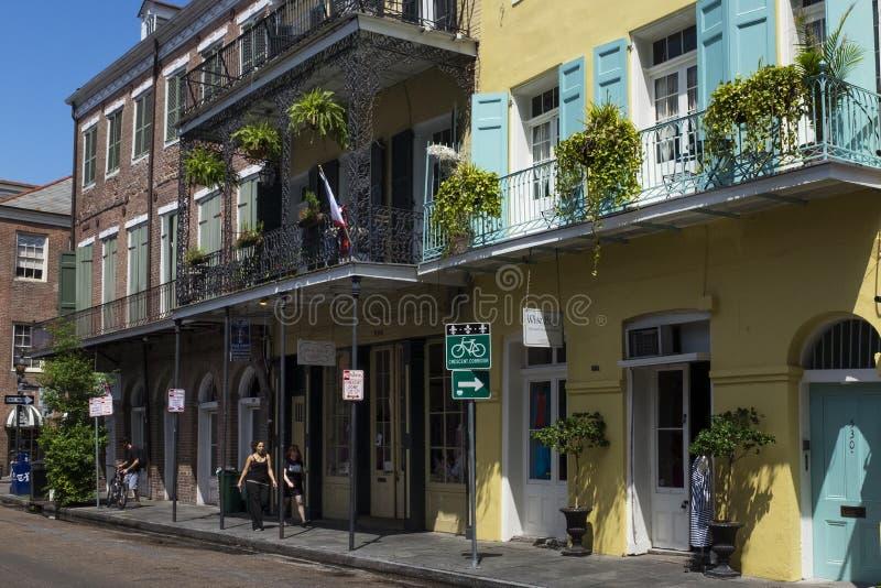 在法国街区的街道的街道场面在新奥尔良,路易斯安那 免版税库存照片