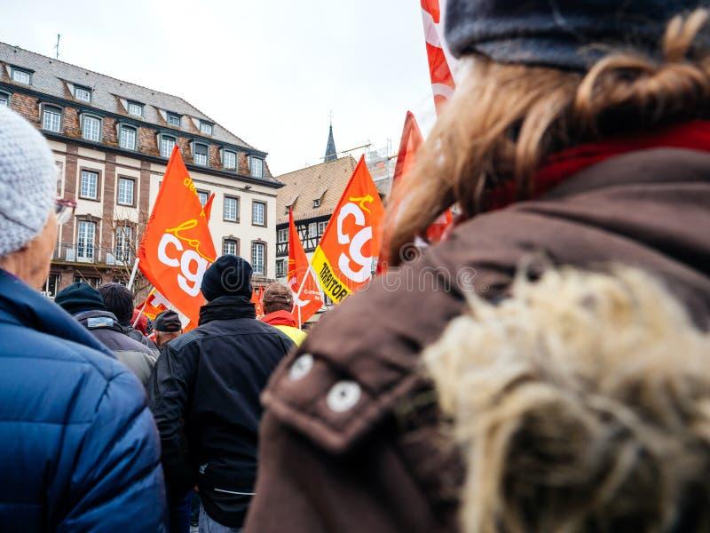 在法国街道的红色CGT旗子抗议示范人agai 库存图片