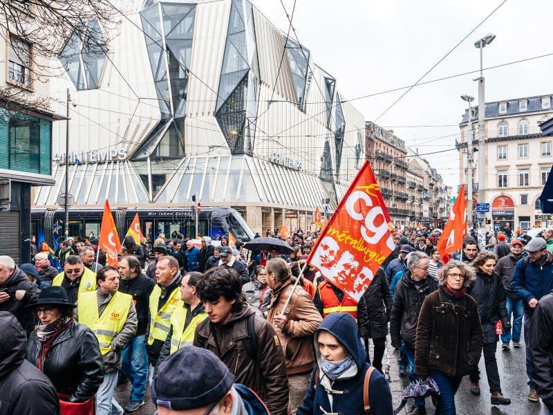 在法国街道的红色CGT旗子抗议示范人agai 免版税图库摄影