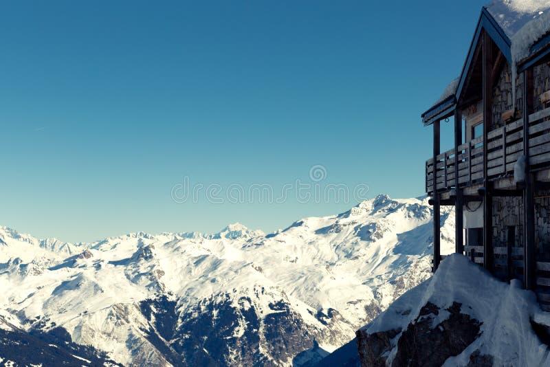 在法国阿尔卑斯的积雪的村庄,Les3Vallees 山滑雪胜地 免版税库存照片