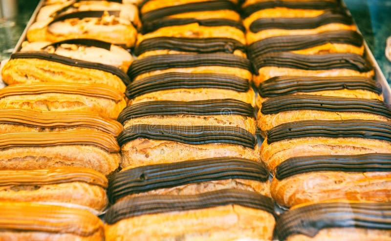 在法国面包店的Vitrine用可口点心待售 免版税库存图片