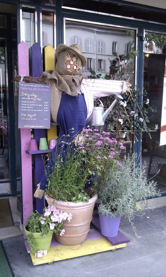 在法国餐馆前面的稻草人 库存图片