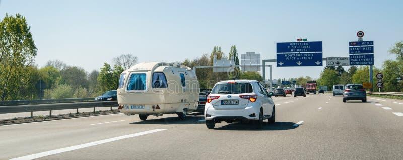 在法国高速公路的被充塞的交通有葡萄酒RV拖车的 免版税库存照片