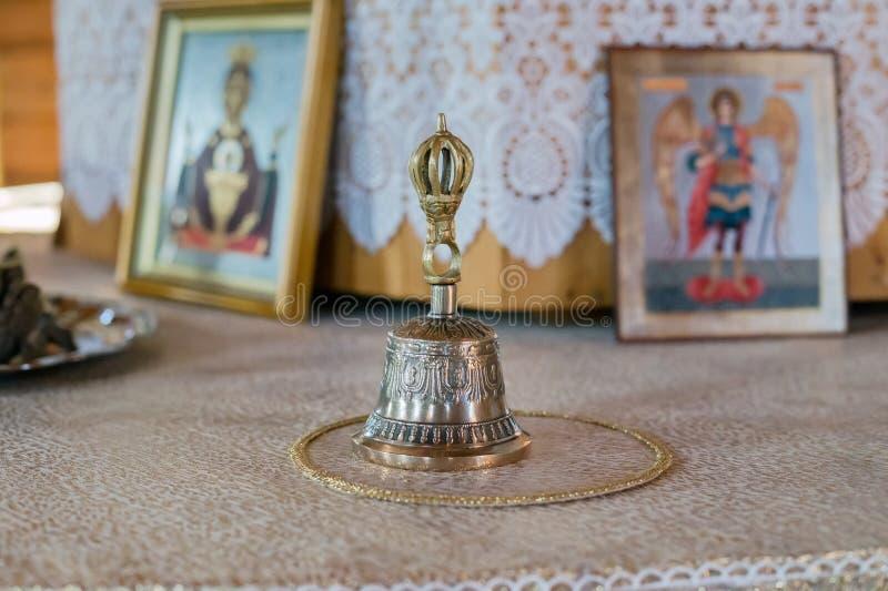 在法坛的响铃和基督徒象在教会里 免版税库存图片