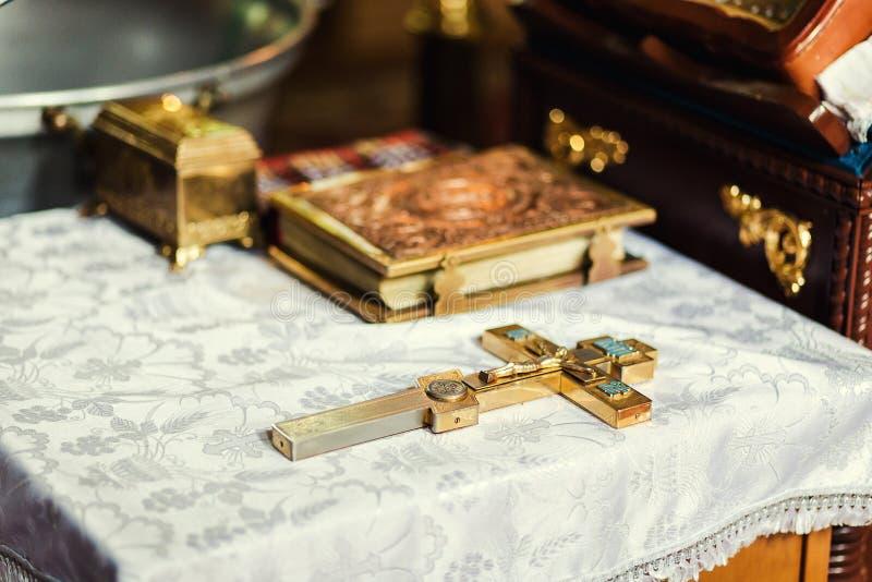 在法坛的教会器物,龟头,在教会法坛的十字架, 免版税图库摄影