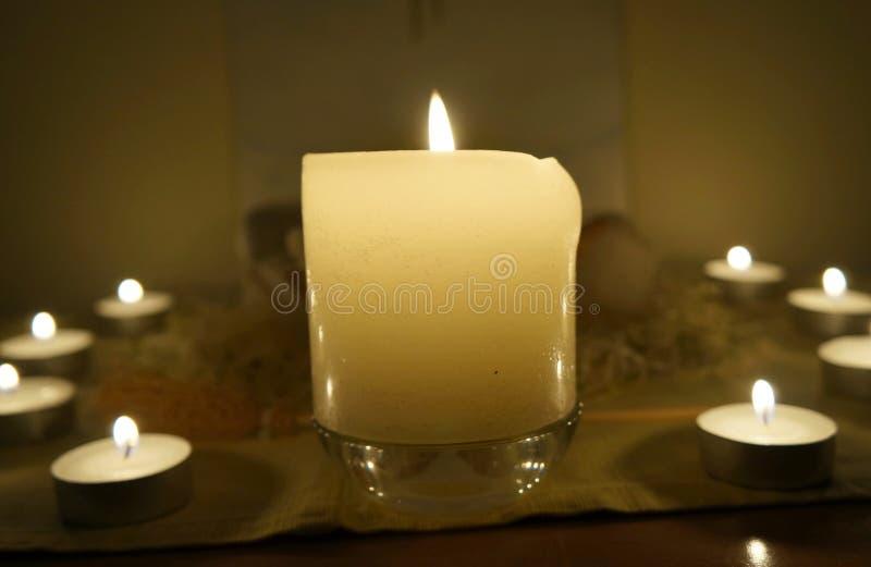 在法坛的蜡烛 免版税库存图片