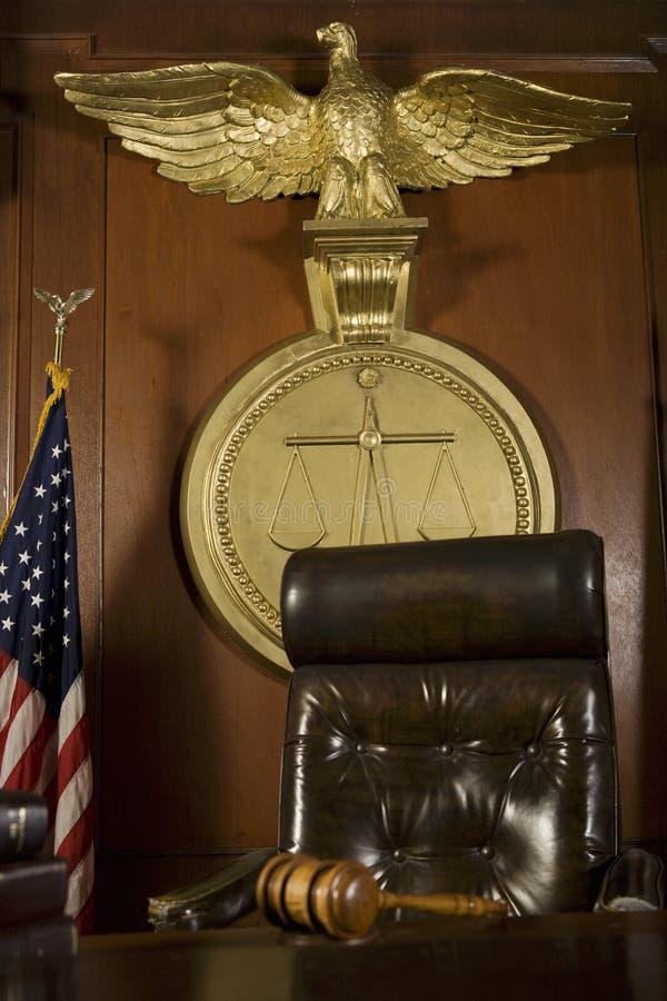 在法官的椅子附近的惊堂木 免版税图库摄影