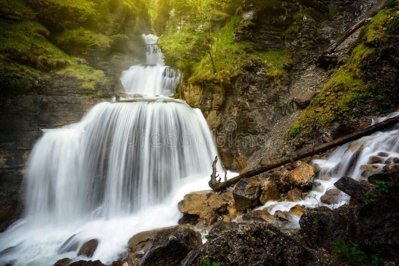 在法尔先特村庄附近的惊人的山瀑布在加米施・帕藤吉兴,法尔先特,巴伐利亚,德国 免版税图库摄影